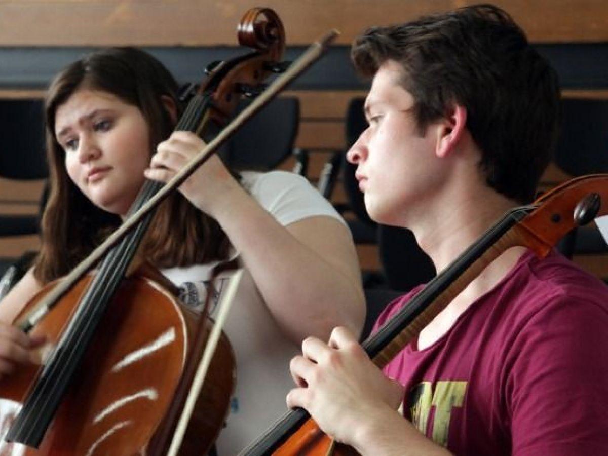 Hingabe ans Cello und die Musik: Geschwister Sophie und Leonard Rees bei einer Orchesterprobe. Foto: