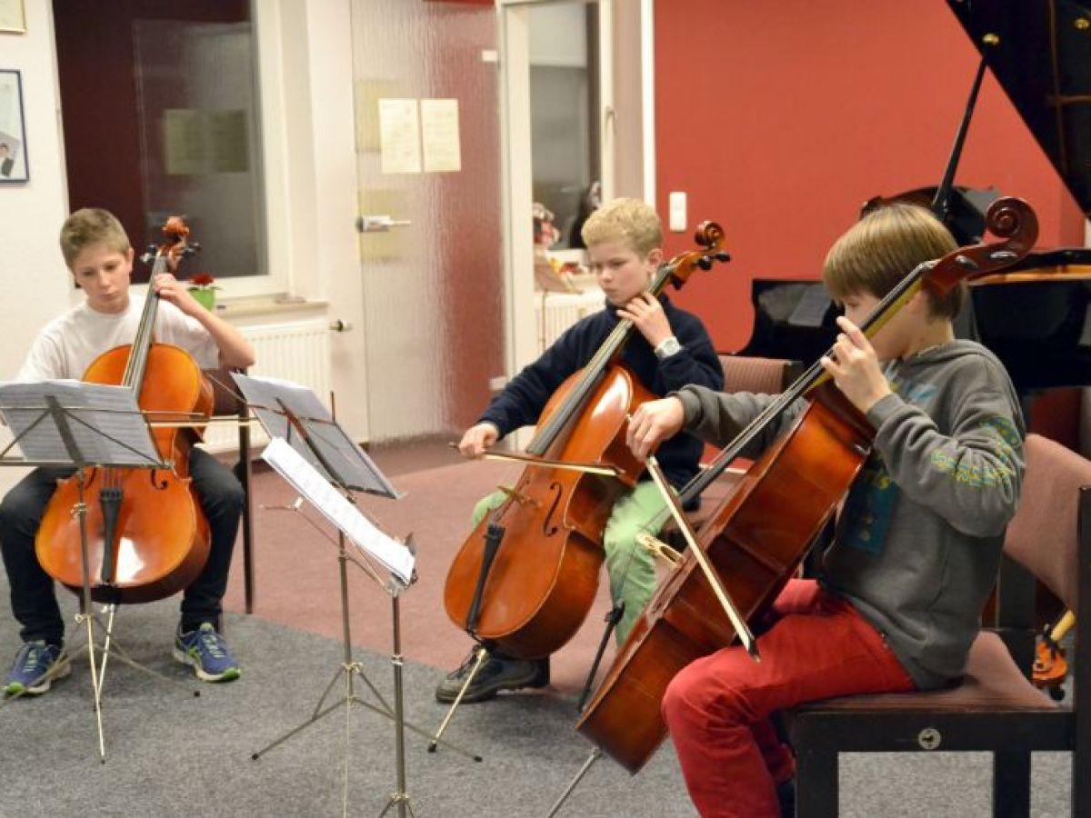 Cellotrio während der Generalprobe